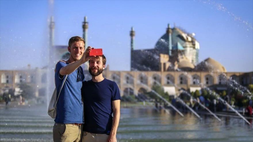 Turistas extranjeros visitan la histórica Plaza Imam, también conocida como Plaza Naqsh-e Yahan, en Isfahán, centro de Irán.