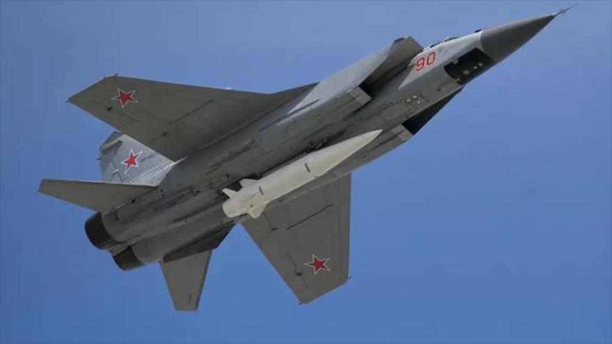 Un Kh-47M2 Kinzhal (Daga) ALBM transportado por un Mikoyan MiG-31K interceptador. (Foto: Sputnik)