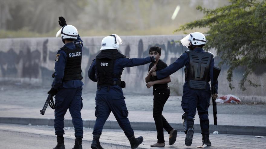 Las fuerzas bareiníes arrestan a un menor de edad durante una protesta popular en Manamá, capital. (Foto: AFP)