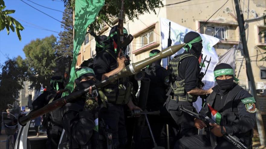 Combatiente de las Brigadas Ezzedine Al-Qassam, el brazo militar de HAMAS, desfilan en la ciudad de Gaza, 7 de junio de 2021. (Foto: AFP)