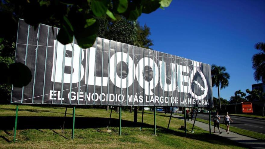 """Vista de un cartel que reza: """"Bloqueo, el genocidio más largo de la historia"""", en La Habana, Cuba, 1 de noviembre de 2018. (Foto: Reuters)"""