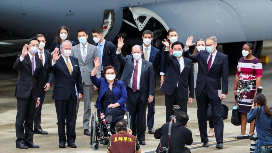 Delegación de senadores estadounidenses después de su llegada al aeropuerto de Taipéi, 6 de junio de 2021. (Foto: Reuters)