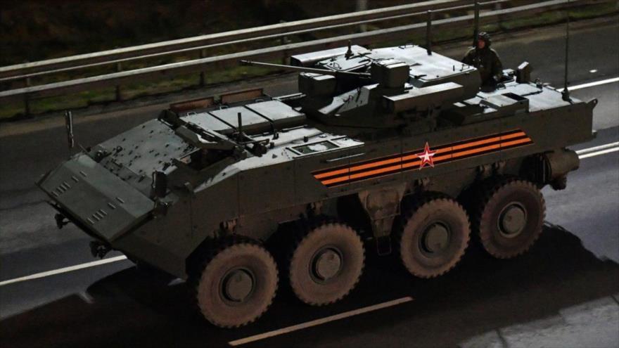 Un vehículo de combate de infantería BMP K-17 Bumerán se dirige a Moscú para participar en un desfile, 23 de abril de 2021. (Foto: RT)