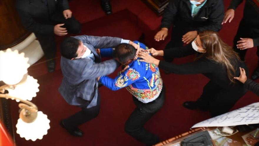Vídeo: Debate sobre Áñez acaba en puñetazos y tirones de pelo