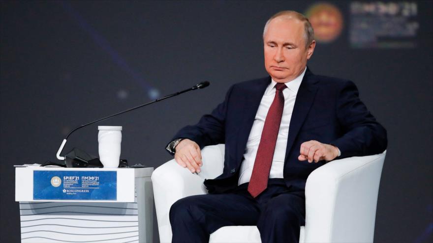 El presidente ruso, Vladimir Putin, asiste a una sesión plenaria del Foro Económico Internacional de San Petersburgo, 4 de junio de 2021. (Foto: AFP)