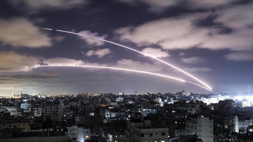 Lanzan cohetes desde la ciudad palestina de Gaza hacia objetivos israelíes, 18 de mayo de 2021. (Foto: AFP)