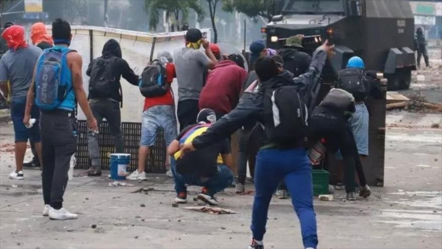 Manifestantes chocan con miembros de las fuerzas de seguridad, Cali, Colombia, el 3 de mayo de 2021. (Foto: Reuters)