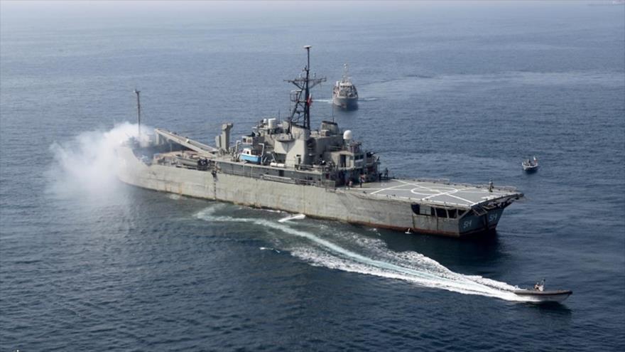 El buque de asalto anfibio de la Armada iraní, Lavan, participando en un ejercicio naval conjunto en el norte del océano Índico, 17 de febrero de 2021.