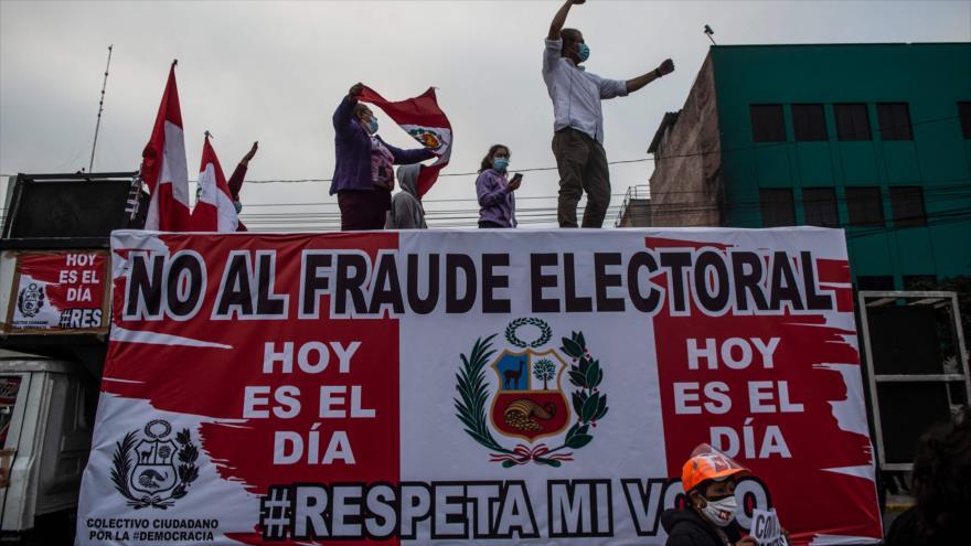 Partidarios de la candidata Keiko Fujimori protestan frente al edificio del Organismo Nacional de Procesos Electorales (ONPE) en Lima, 9 de junio de 2021.