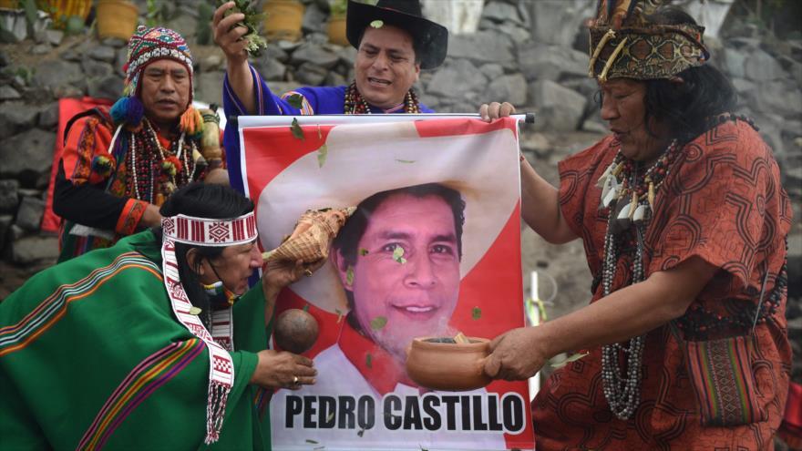 Los chamanes sostienen un cartel del candidato presidencial Pedro Castillo en Lima el 26 de mayo de 2021. (Foto: AFP)