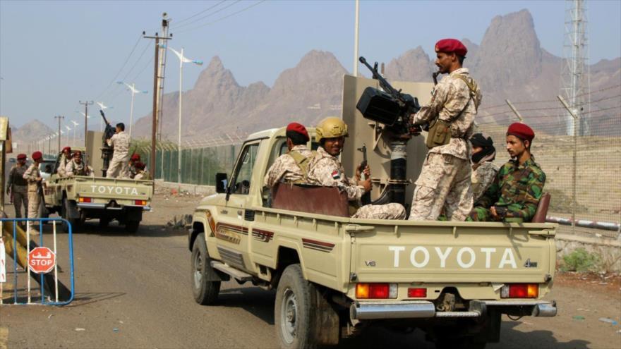 Fuerzas separatistas, apoyadas por los Emiratos Árabes Unidos (EAU), patrullan en una calle en Adén, en el sur de Yemen. (Foto: Reuters)