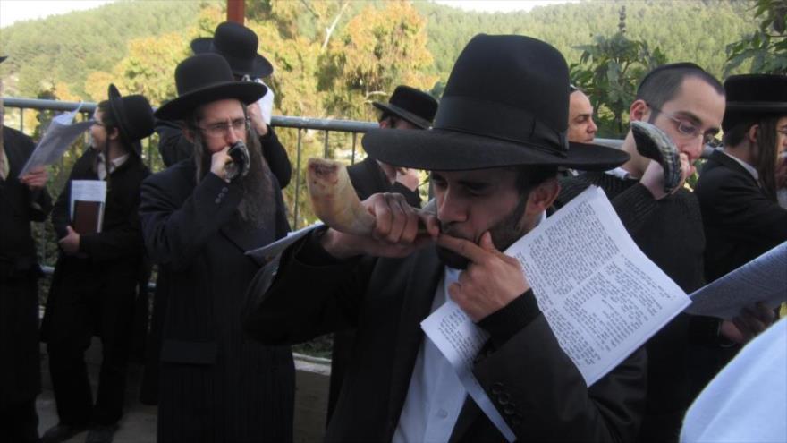 Judíos tocan el shofar, un instrumento musical de viento fabricado con el cuerno de animales.