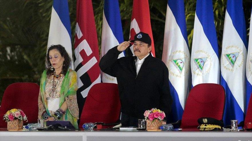 El presidente de Nicaragua, Daniel Ortega, saluda a soldados durante el juramento del comandante en jefe del Ejército nicaragüense, 21 de febrero de 2020. Foto: Reuters