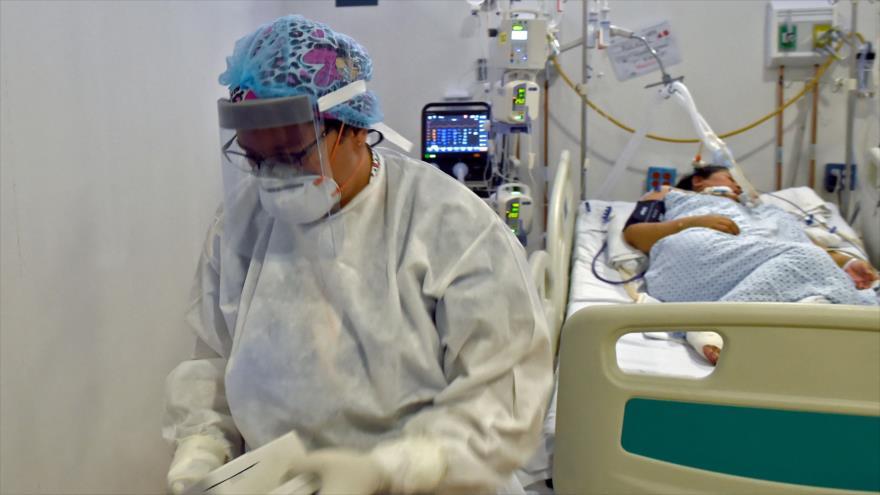 Un trabajador sanitario cerca de un paciente de COVID-19 en un hospital en la Ciudad de México, 2 de junio de 2021. (Foto: AFP)