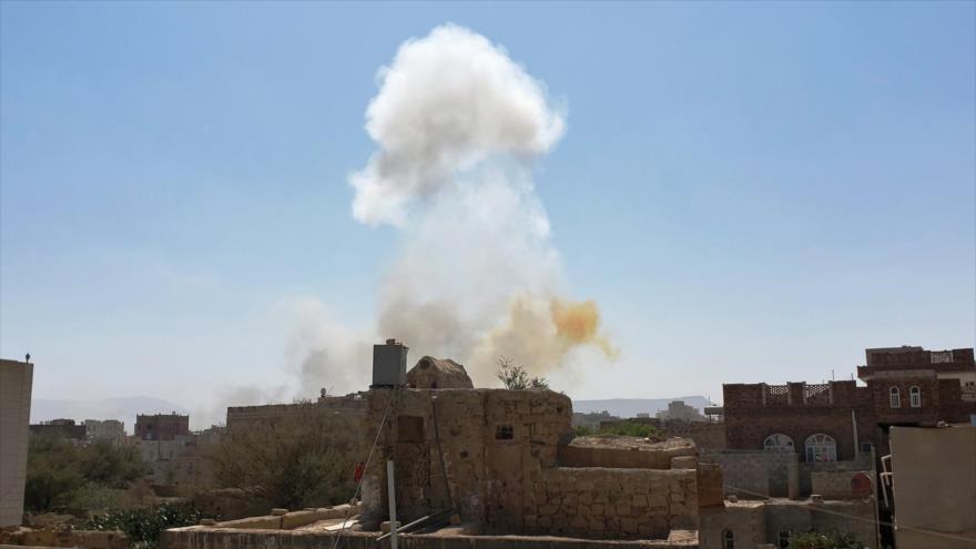 Humareda tras unos ataques aéreos liderados por Arabia Saudí contra una base del Ejército en Saná, Yemen, 7 de marzo de 2021. (Foto: AP)