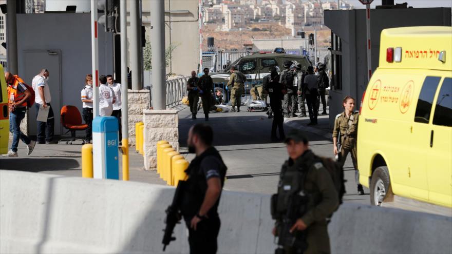 Fuerzas israelíes en el lugar de la muerte a tiros de una mujer palestina en Qalandia, cerca de Jerusalén Al-Quds, 12 de junio de 2021. (Foto: AFP)