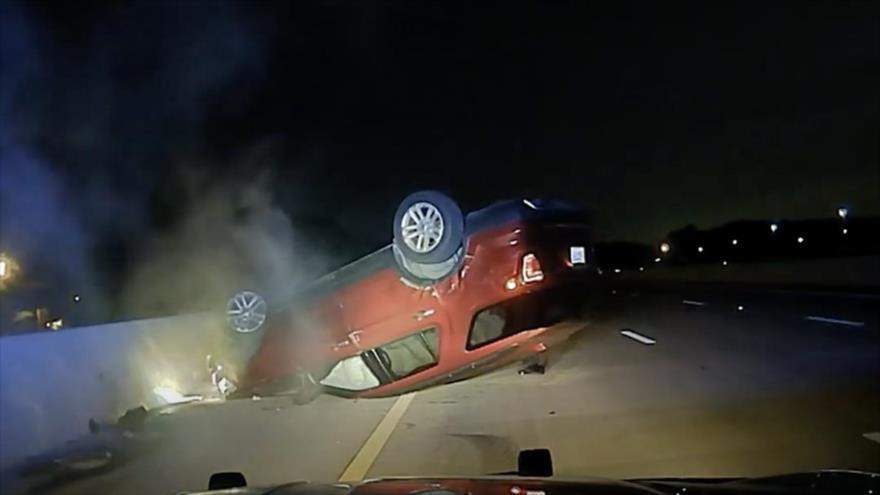 Vídeo: Policía hace volcar el auto de una mujer embarazada en EEUU