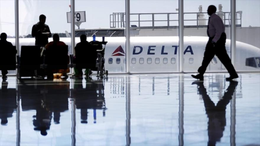 """Vídeo chocante: Pasajero amenaza con """"derribar el avión"""" en EEUU"""