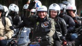 COVID-19 sigue azotando a Bolsonaro: Multado por no usar mascarilla
