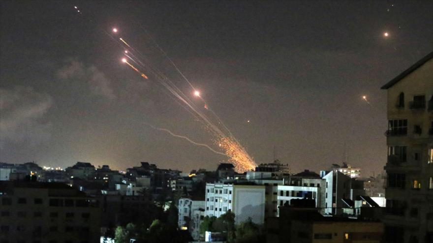 Cohetes palestinos lanzados desde la Franja de Gaza hacia los territorios ocupados por el régimen de Israel, 12 de mayo de 2021. (Foto: Reuters)
