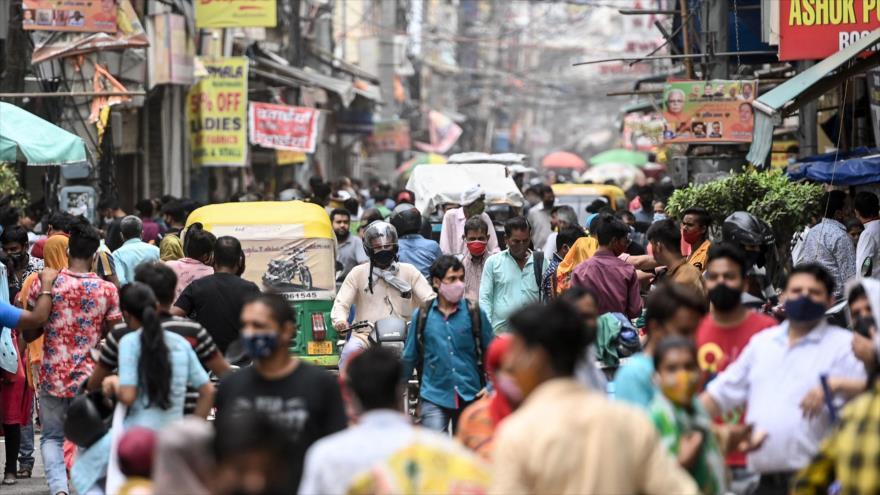 Hindúes en un mercado en la ciudad de Gurgaon, a las afueras de Nueva Delhi, la capital india, 13 de junio de 2021. (Foto: AFP)