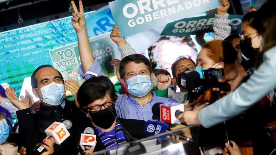 El electo gobernador, Claudio Orrego, celebra su victoria en Santiago de Chile, 13 de junio de 2021. (Foto: Efe)