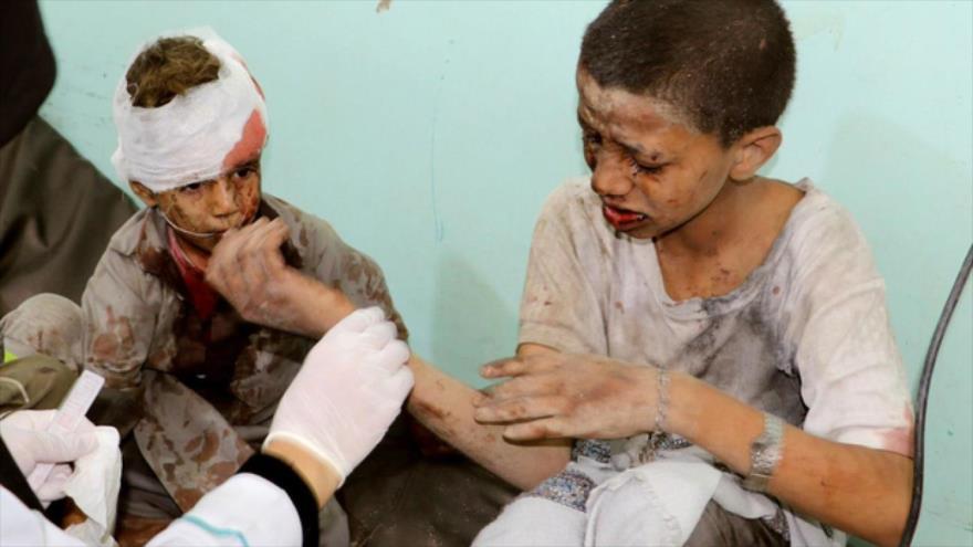 Un médico trata a los niños yemeníes heridos por un ataque aéreo de la coalición saudí, en Saada, Yemen, el 9 de agosto de 2018. (Foto: Reuters)