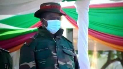Vídeo: Presidente de Zambia se desmaya durante un evento militar