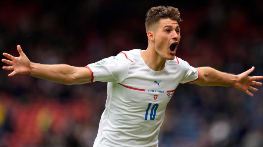 Vídeo: Jugador checo marca un gol brillante de media cancha