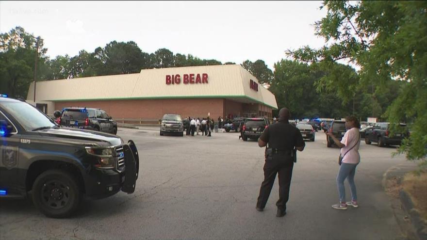 La Policía de DeKalb, en Georgia, presente en el lugar del tiroteo ocurrido por una discusión sobre el uso de la mascarilla facial dentro de una tienda, 14 de junio 2021.