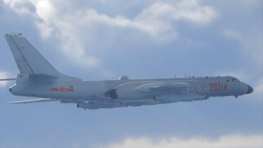 Un bombardero chino H-6 en una misión cerca de la línea media del estrecho de Taiwán, septiembre de 2020. (Foto: Reuters)