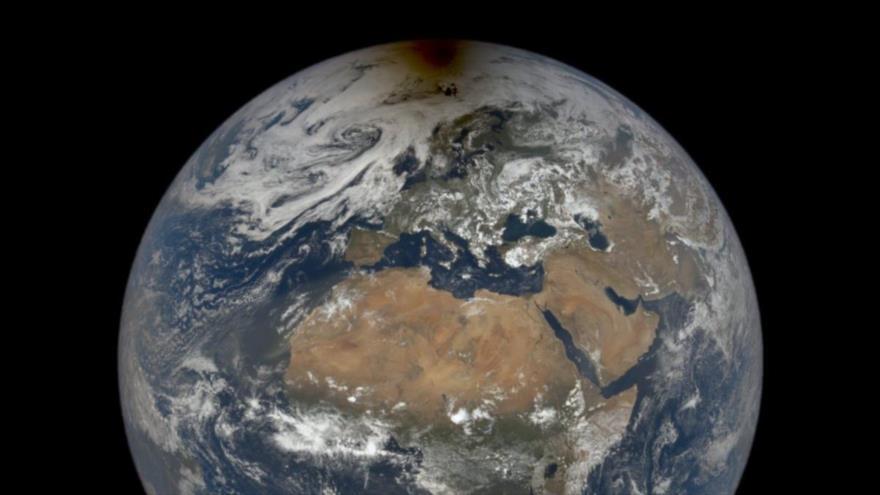 El eclipse solar hace que el Polo Norte parezca estar en llamas, 10 de junio de 2021. (Foto: NASA)