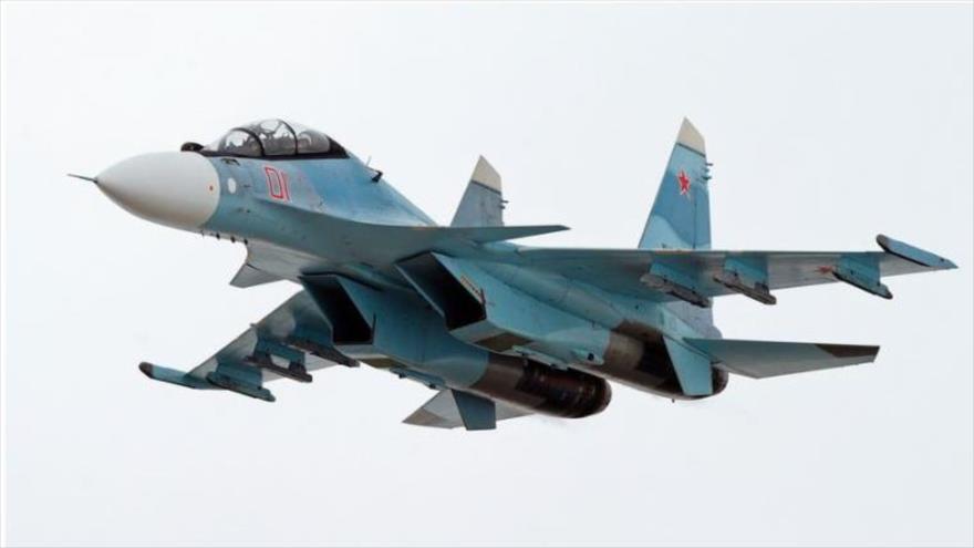 Un avión de combate ruso Su-30SM en pleno vuelo.