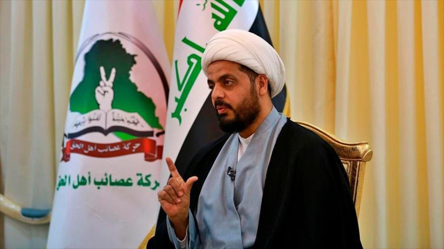 El líder del grupo iraquí Asaib Ahl al-Haq, Qais al-Jazali, habla durante un acto.