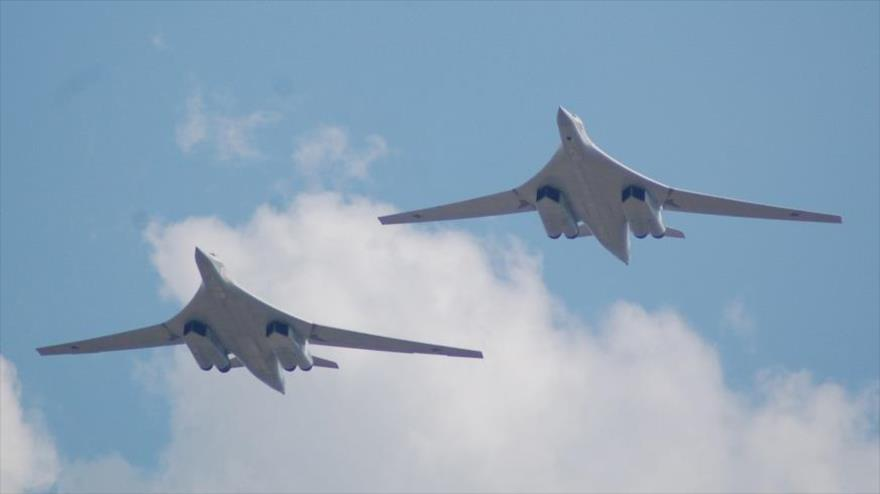 Bombarderos estratégicos rusos Tu-160 'White Swan' en pleno vuelo.