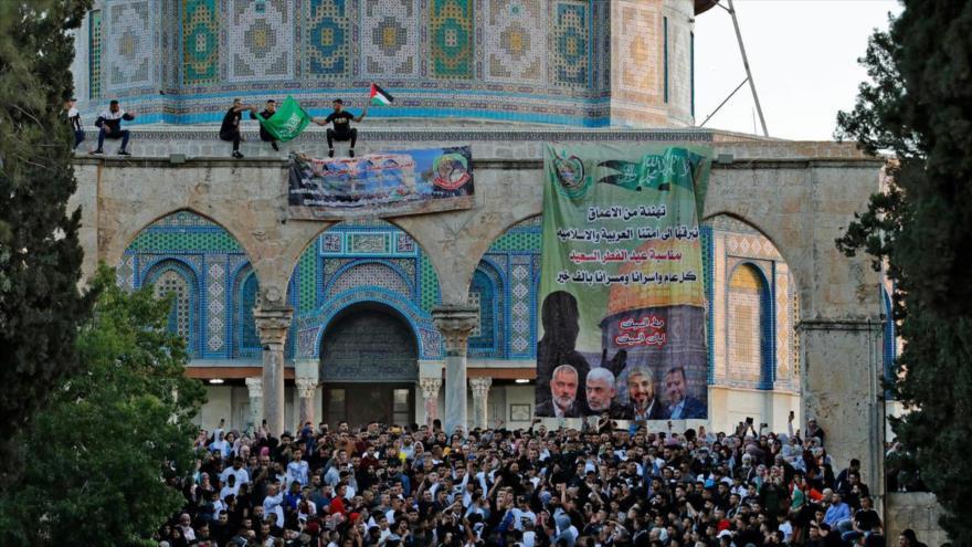 Los palestinos ondean banderas de HAMAS y de Palestina en Al-Quds (Jerusalén), 13 de mayo de 2021. (Foto: AFP)