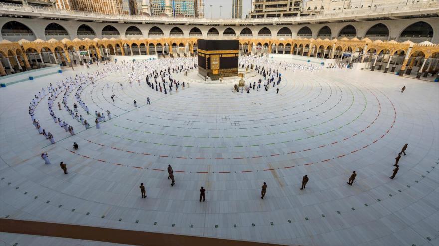 Peregrinos musulmanes rezan frente a la Kaaba en la ciudad santa de La Meca, Arabia Saudí, en ceremonia de Hach, 31 de julio de 2020.