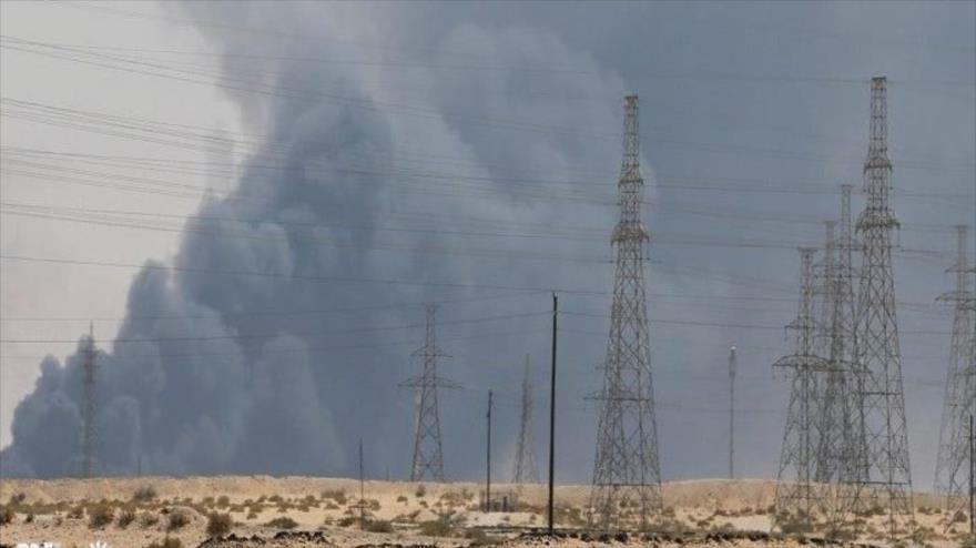 Una explosión cerca de una línea de transmisión eléctrica en Irak.