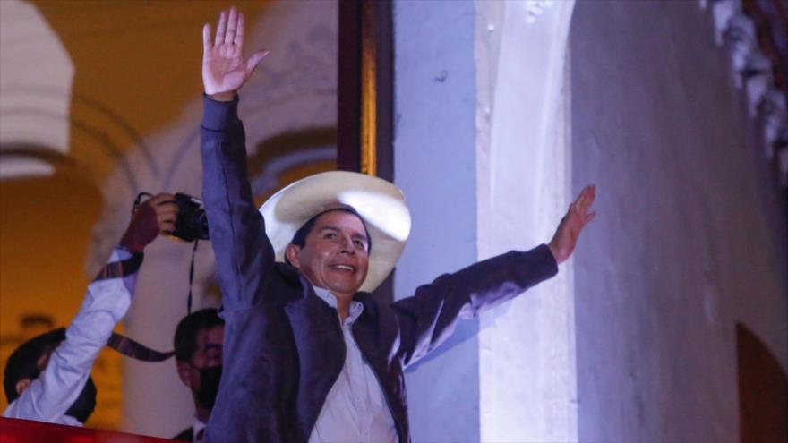 Candidato presidencial de Perú Pedro Castillo saluda a sus simpatizantes desde la sede de su partido en Lima, capital, 15 de junio de 2021. (Foto: AFP)