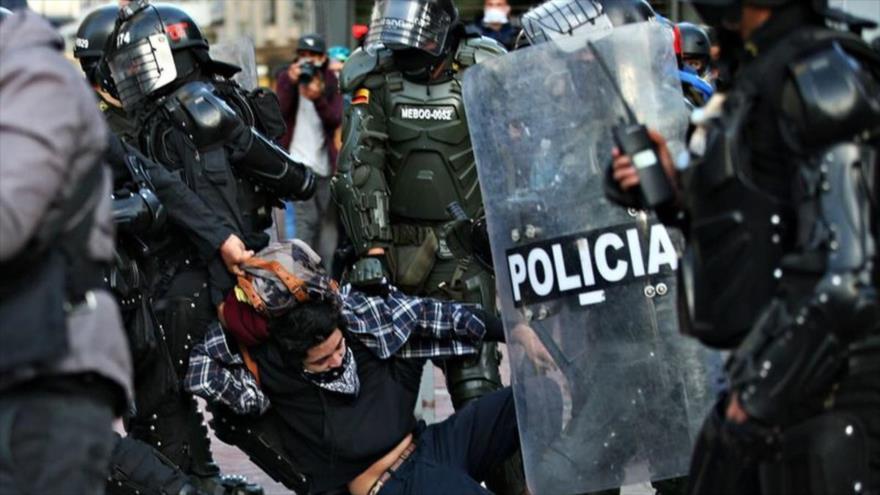 Fuerzas de seguridad arrestan a un manifestante durante una protesta en Colombia. (Foto: Reuters)