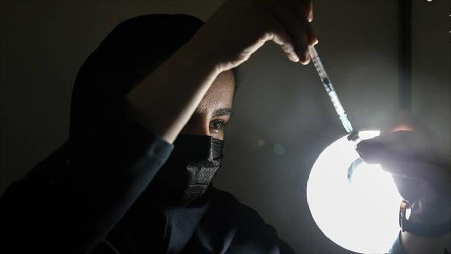 Una enfermera prepara una dosis de la vacuna iraní COVIRAN Barekat para su administración. (Foto: Tasnim)