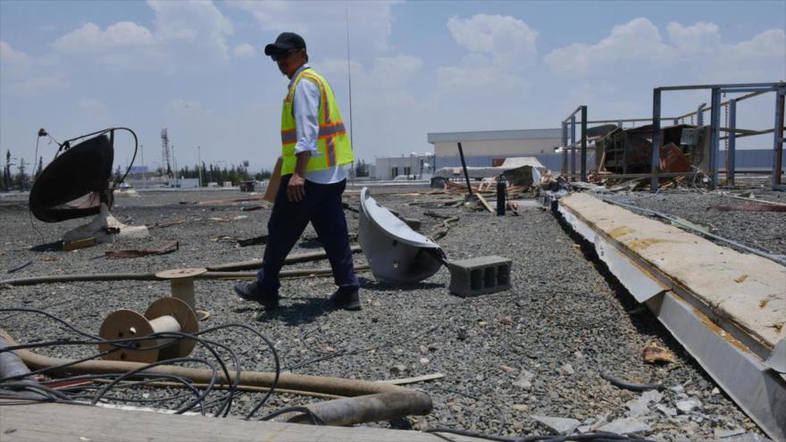 Un trabajador inspecciona los daños de un ataque yemení en el aeropuerto de Abha en Arabia Saudí, 13 de junio de 2019. (Foto: AFP)
