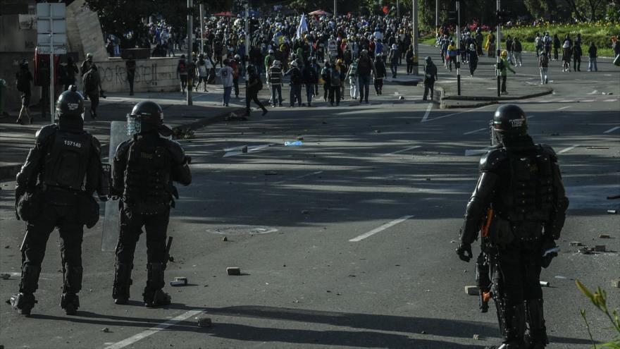 Policías de Colombia atacan al personal médico durante protestas