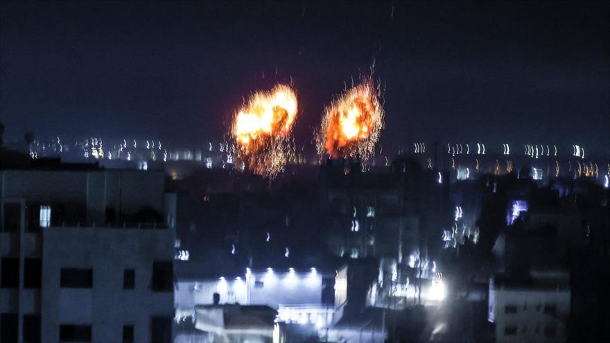 Explosiones iluminan el cielo de la ciudad de Gaza tras un bombardeo israelí, 16 de junio de 2021. (Fuente: AFP)