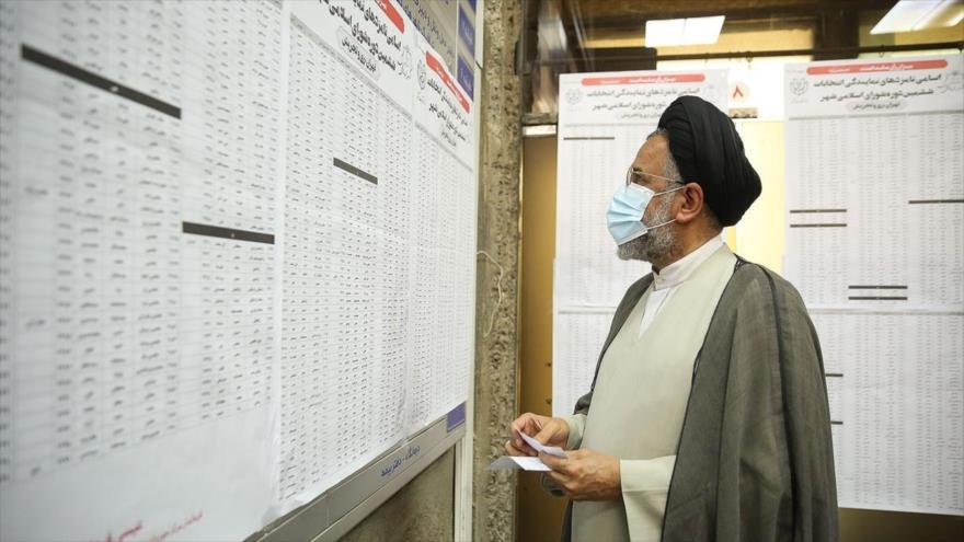 El ministro iraní de Inteligencia, Mahmud Alavi, participa en las elecciones presidenciales de Irán en Teherán, la capital, 18 de junio de 2021. (Foto: YJC)