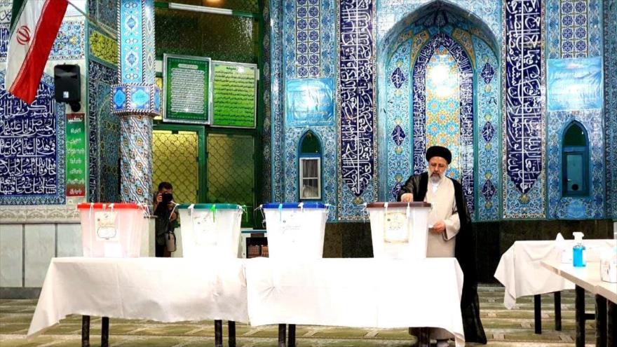 El candidato a la Presidencia de Irán Seyed Ebrahim Raisi emite su voto en las elecciones en Shahr-e Rey, 18 de junio de 2021.