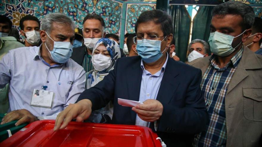 El candidato a la Presidencia de Irán Abdolnaser Hemati emite su voto en Teherán, la capital, 18 de junio de 2021. (Foto: YJC)
