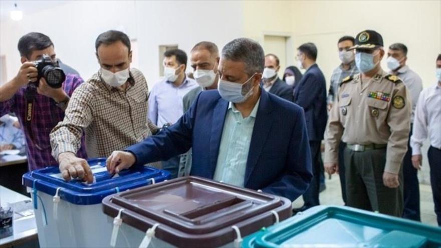 El comandante en jefe del Ejército de Irán, el general de división Seyed Abdolrahim Musavi, participa en las elecciones presidenciales de Irán, 18 de junio de 2021.