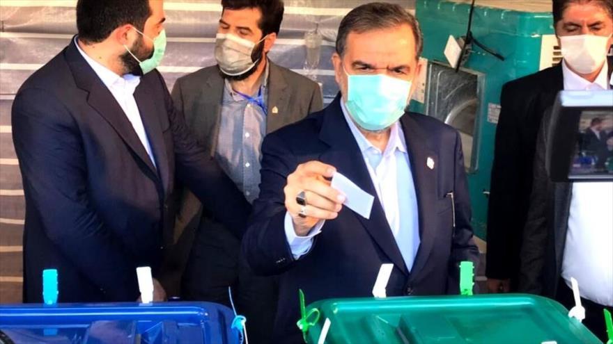 El candidato a la Presidencia iraní, Mohsen Rezai, deposita su voto en las elecciones en un colegio electoral en el sur de Teherán, 18 de junio de 2021.