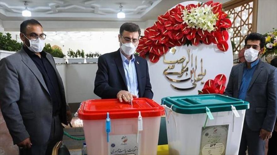 El candidato a la Presidencia iraní, Amir Hosein Qazizade Hashemi, vota en un centro electoral en Mashad, 18 de junio de 2021. (Foto: Tasnim)